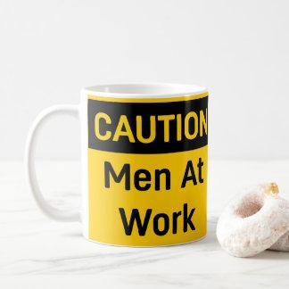 Mug Hommes de PRÉCAUTION au travail