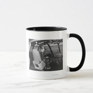 Mug Howard Hughes dans l'avion en bois d'oie