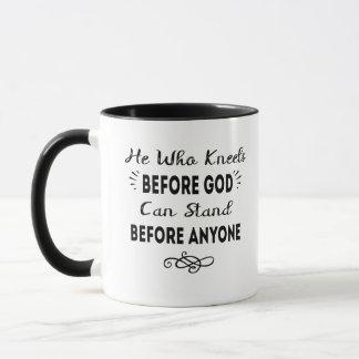 Mug Il qui se met à genoux avant que Dieu puisse se