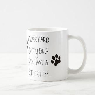 Mug Je travaille dur ainsi mon chien peut avoir une