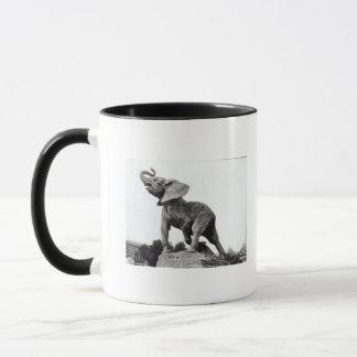 Mug Jeune éléphant attrapé dans un piège