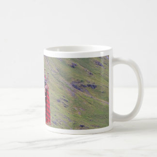 Mug Joueur de cornemuse écossais solitaire, montagnes,
