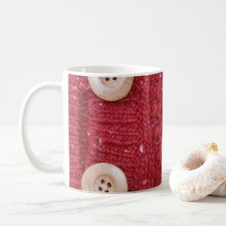 Mug Knit rouge de câble et deux boutons