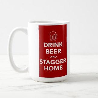 Mug La bière de boissons et chancellent à la maison