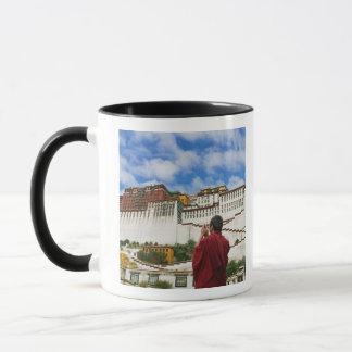 Mug La Chine, Thibet, Lhasa, moine tibétain avec