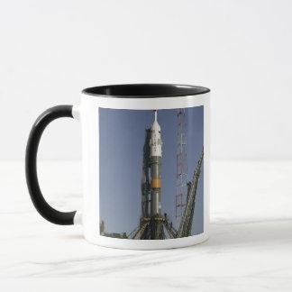 Mug La fusée de Soyuz est érigée en le place 2