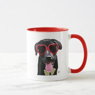 Mug Labrador noir avec des lunettes de soleil de coeur