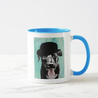 Mug Labrador noir dans le casquette de lanceur