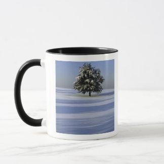 Mug L'arbre dans la neige a couvert le paysage