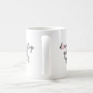 Mug L'arrêt de beignet l'obtiennent l'obtiennent pour