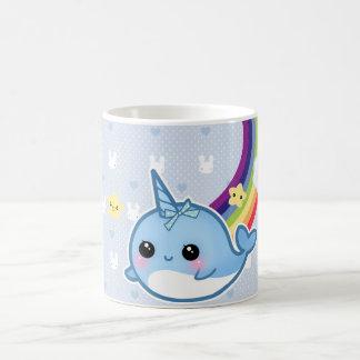 Mug Le bébé mignon narwhal avec l'arc-en-ciel et le