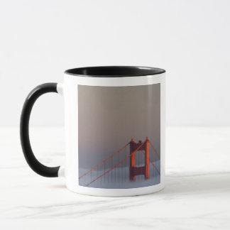 Mug Le brouillard roule par la bâche de San Francisco