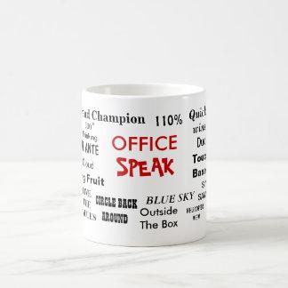 Mug Le bureau parlent le jargon et les clichés de