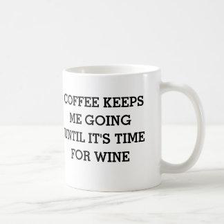 Mug Le café me maintient jusqu'à ce qu'il soit temps