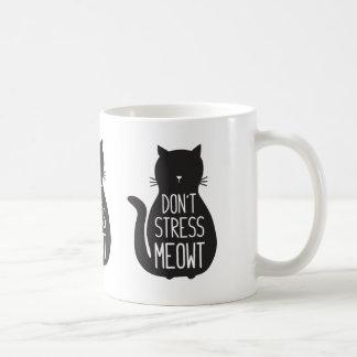 Mug Le chat noir drôle ne soumettent pas à une