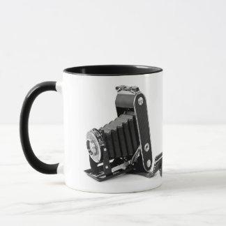 Mug le cru beugle l'appareil-photo avec le rouleau de