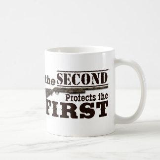 Mug Le deuxième amendement protège le premier