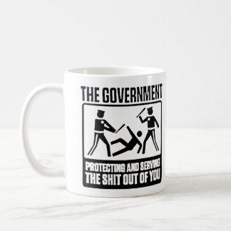 Mug Le gouvernement est ici pour aider à attaquer