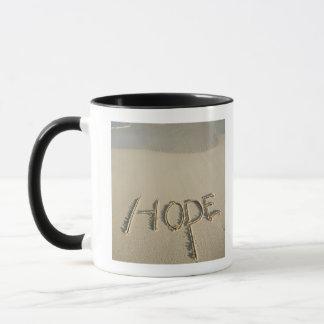 """Mug Le sable de """"espoir"""" de mot écrit sur la plage"""
