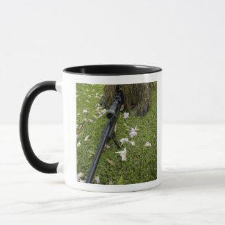 Mug Le soldat pratique la tactique de tireur isolé