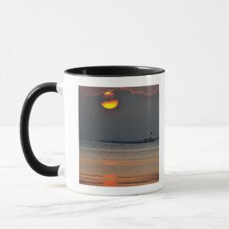 Mug Le soleil émerge par une banque de brouillard en