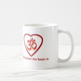 "Mug Le yoga OM attaquent le ""OM est où le coeur est"""
