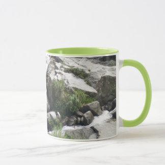 Mug L'écoulement de la rivière