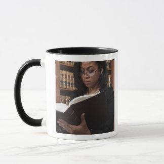 Mug Lecture de femme à la bibliothèque juridique