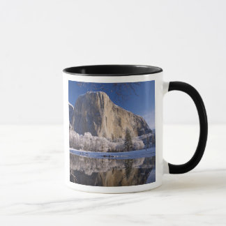 Mug L'EL Capitan se reflète dans la rivière de Merced