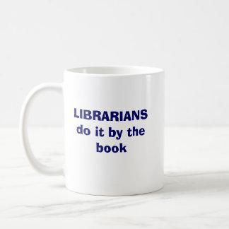 Mug Les bibliothécaires le font par le livre