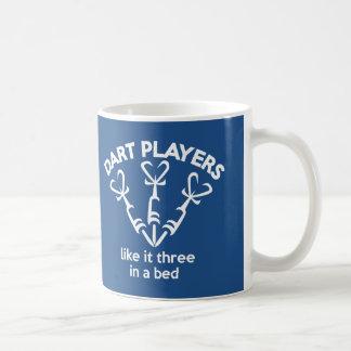 Mug Les joueurs de dard l'aiment trois dans un lit.