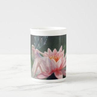Mug L'étang de rosée par Lynne Bellchamber