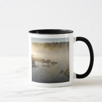 Mug Lever de soleil par le brouillard dans la baie
