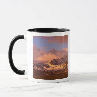 Mug Lever de soleil sur les gammes de montagne sur des