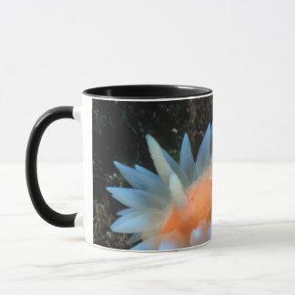 Mug Lingot de mer coloré se reposant sur la surface