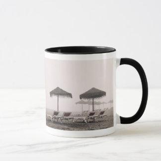 Mug Lits pliants et parapluie sur la plage de Playamar