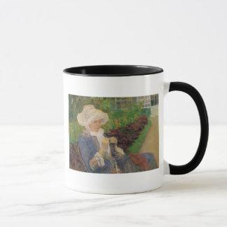 Mug Lydia faisant du crochet dans le jardin de