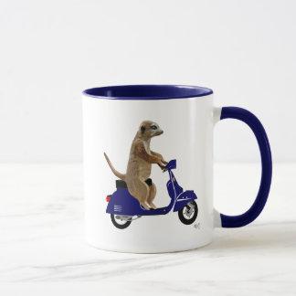 Mug Meerkat sur le vélomoteur bleu-foncé