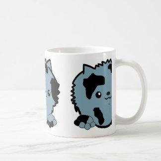 Mug merle bleu jetant un coup d'oeil pomeranian