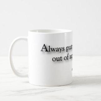 """Mug """"Mettez toujours vos boissons hors de la manière"""