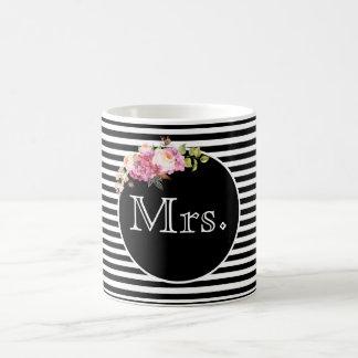 Mug Mme avec les rayures et les fleurs noires et