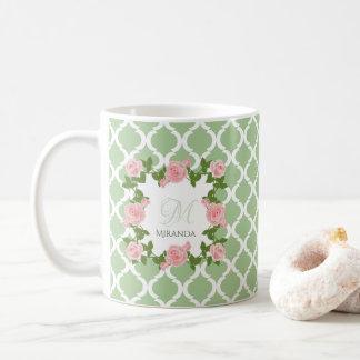 Mug Monogramme de rose de rose de Quatrefoil de vert