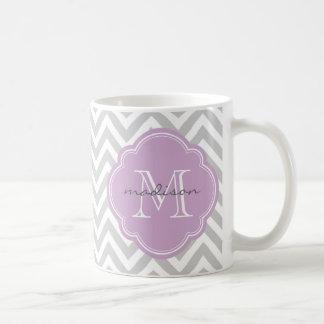 Mug Monogramme gris et lilas de coutume de Chevron
