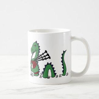 Mug Monstre drôle de Loch Ness jouant des cornemuses