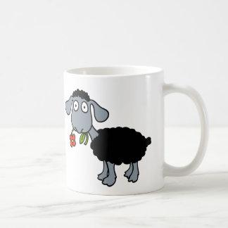 Mug Moutons noirs deux agneaux mignons avec les fleurs