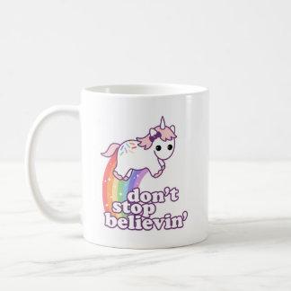 Mug N'arrêtez pas Believin dans les licornes