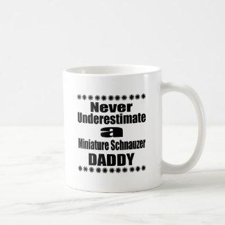 Mug Ne sous-estimez jamais le papa de Schnauzer