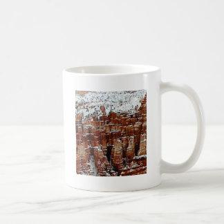 Mug neige et glace dans le formationsf de roche