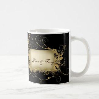 Mug Or élégant et conception noire de remous -