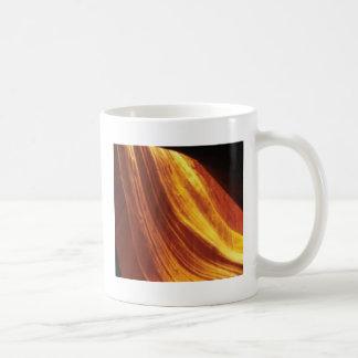 Mug orange et écoulement rouge